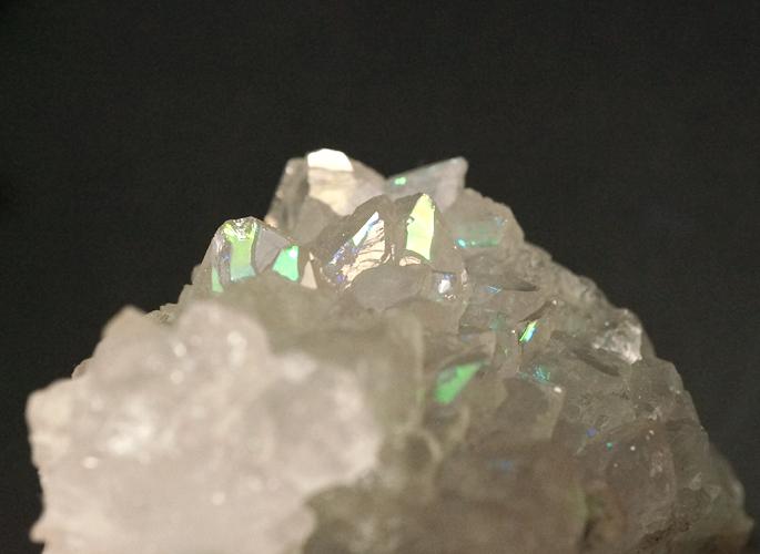 天然グリーンオーロラ(レインボー)クォーツ クラスター -3